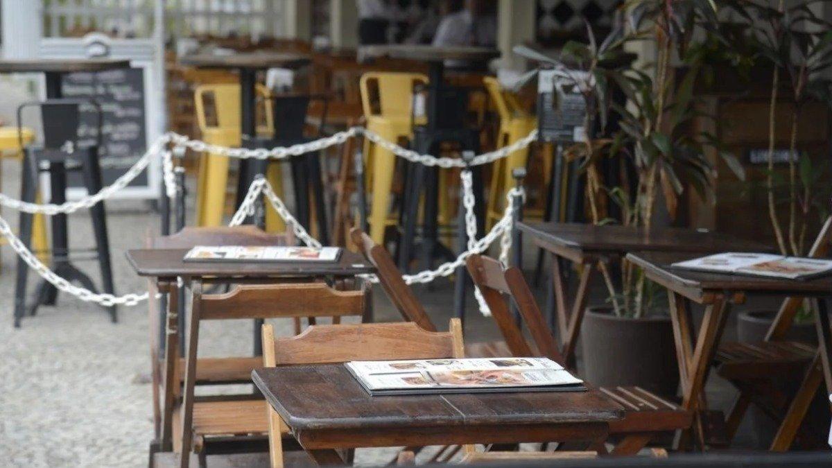 Abrasel pede mudança de horários para bares funcionarem até 22h em BH